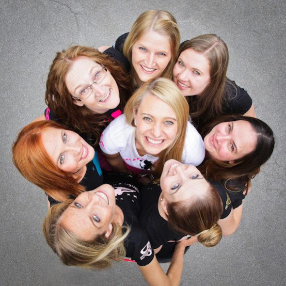 8 Frauen von oben schauen in die Kamera lachen Junggesellinnenabschied