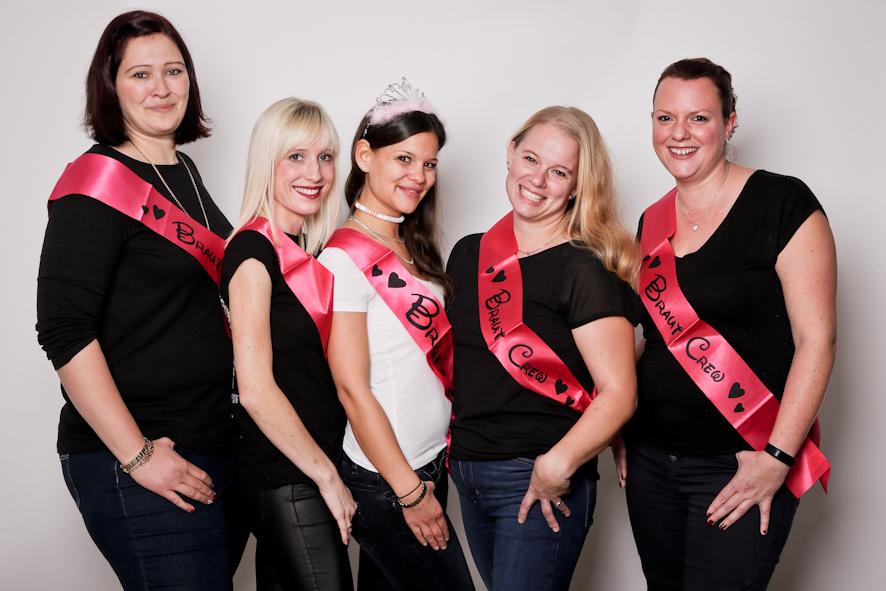 5 Frauen mit JGA Schärpen Fotoparty JGA Fotostudio Dortmund Fotoshooting Idee