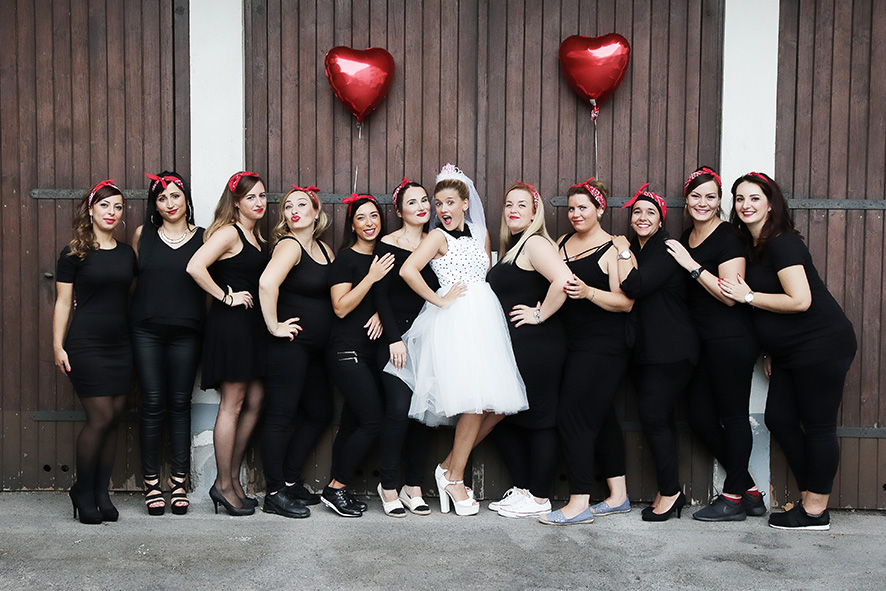 Viele Mädchen vor einem Tor Fotostudio Fotografin Fotoshooting Idee
