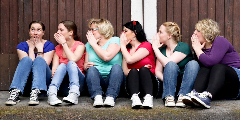 """Gruppenfoto 6 junge Frauen spielen """"Stille Post"""" Infos & Preise Fotoparty JGA Dortmund"""