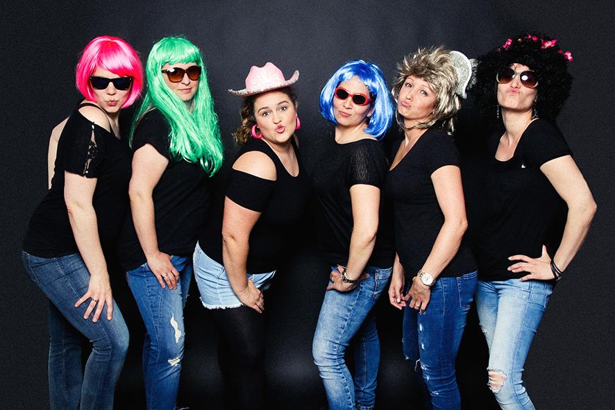 6 Frauen verkleidet mit bunten Perücken Fotoparty JGA Frauen Dortmund