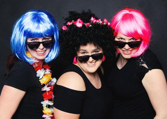 Fotoparty JGA 3 Frauen mit Perücken knallige Farben