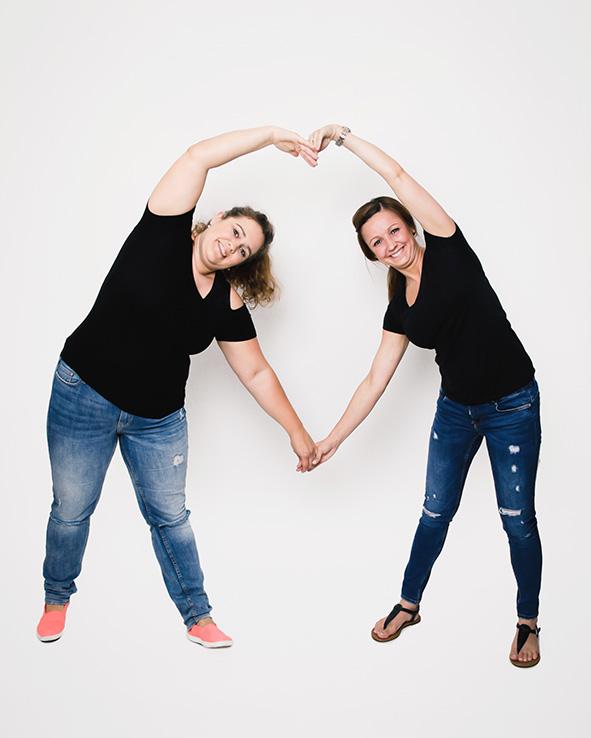 Bild Fotoparty JGA Junggesellinnnen Abschied 2 Freundinnen machen mit ihren Armen ein Herz Fotoshooting JGA Dortmund