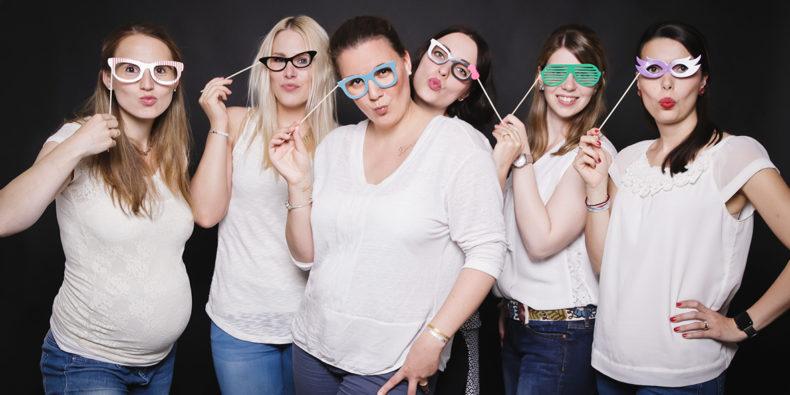 6 Frauen einer Fotoparty mit Fotobooth Brillen und Kussmund JGA