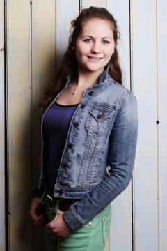 junge Frau vor Bretterwand Fotoparty beste Freundinnen BFF Shooting