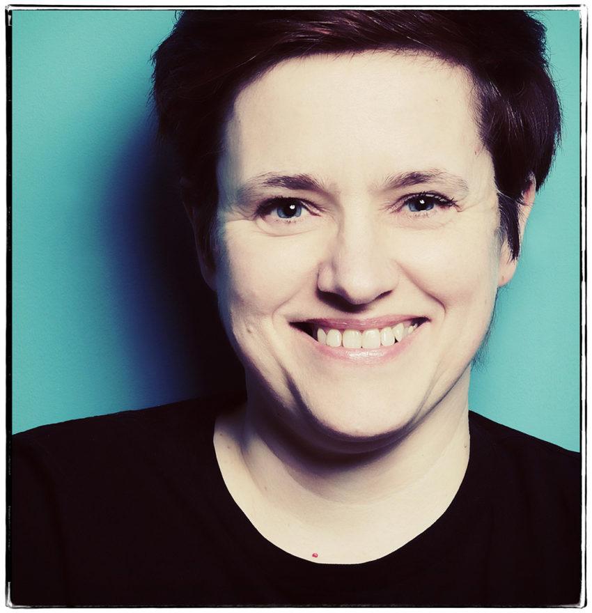 Portraitaufnahme Petra Coddington Bild mit Filter türkiser Hintergrund Fotoshooting JGA Dortmund Fotografin