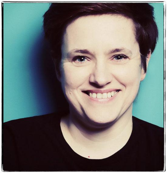 Fotoshooting Portraitaufnahme Petra Coddington Bild mit Filter türkiser Hintergrund Fotoshooting JGA Dortmund Fotografin