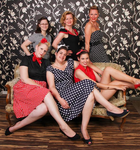 6 Frauen auf und hinter einem Sofa JGA Fotostudio Dortmund Fotoshooting Idee