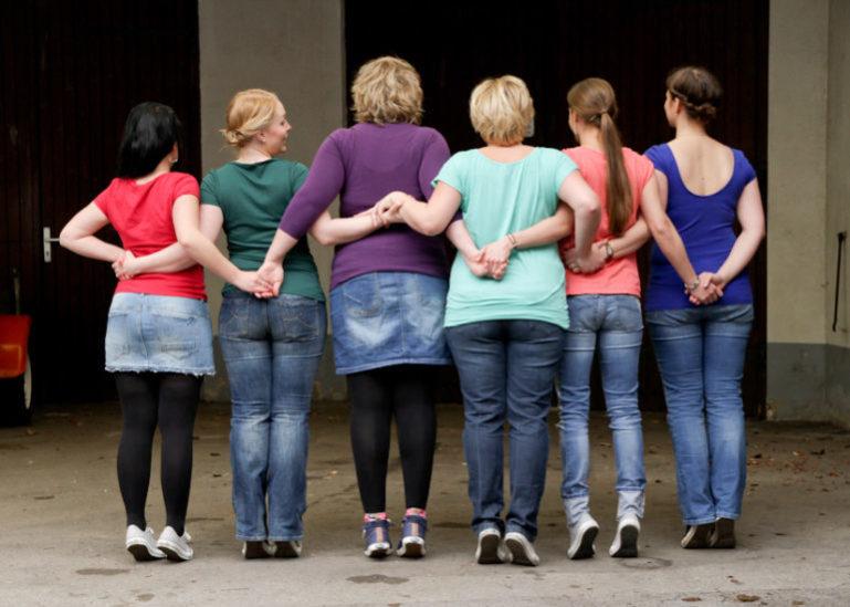 Fotoparty JGA 6 Frauen Fotoparty von hinten Arme verkreuzt Junggesellinnen Abschied Fotoshooting Fotograf Dortmund