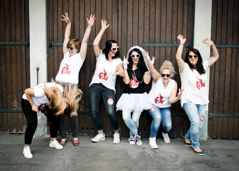 eine Gruppe von Frauen springt hoch Fotostudio Dortmund Fotoshooting Idee Fotograf