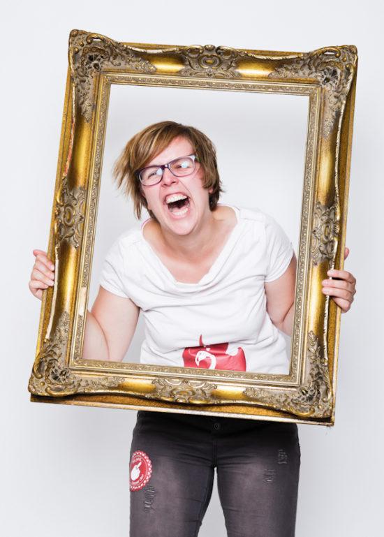 Fotoparty Mädel hält sich Rahmen vor Gesicht JGA Dortmund Idee für Jungesellinnenabschied  Fotografin