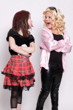 Portrait 2 Mädchen verkleidet strecken sich die Zunge raus