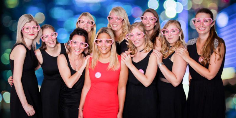 Gruppenfoto Frauen mit Herzchen-Brillen