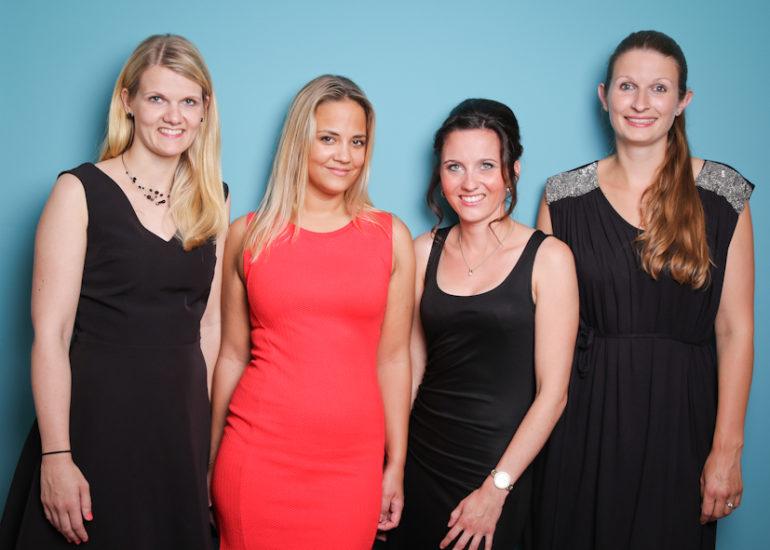 JGA Junggesellinnen Abschied Gruppenfoto 4 Frauen vor türkisem Hintergund Fotoshooting Dortmund
