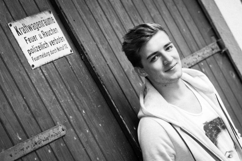 Fotoshooting Fotoparty junger Mann vor Garagentor Fotograf Dortmund Fotos Bilder schwarz weiß Impressum