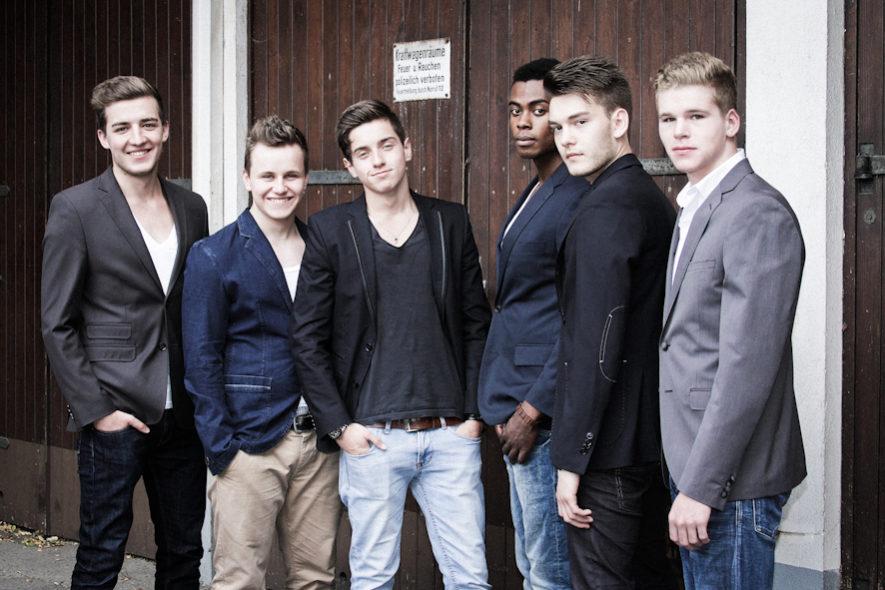 6 junge Männer vor Holztor JGA Dortmund Fotoshooting Fotograf Fotostudio BFF Junggesellenabschied