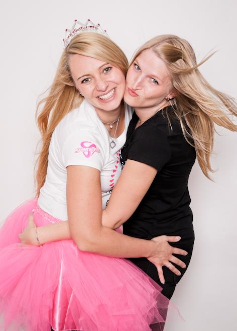 Fotoparty JGA Braut und Freundin schauen lachend in die Kamera Fotoshooting Dortmund Junggesellinnen Abschied BFF
