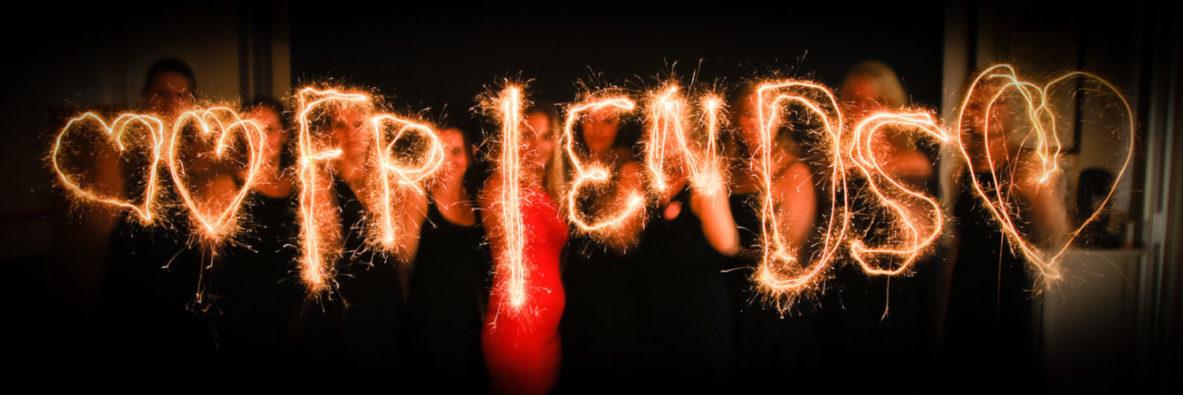 mit Wunderkerzen geschriebenes Wort friends