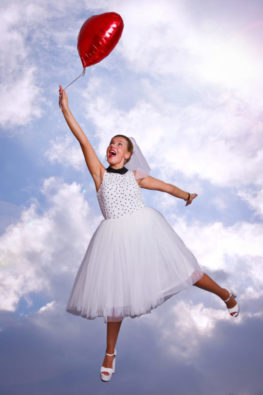 JGA Fotoshooting Junggesellinnenabschied DortmundBraut hängt an Ballon Wolkenhintergrund