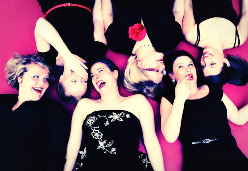 Junggesellinnenabschied Fotoshooting Freunde 6 Mädels liegen auf dem Rücken roter Hintergrund Dortmund