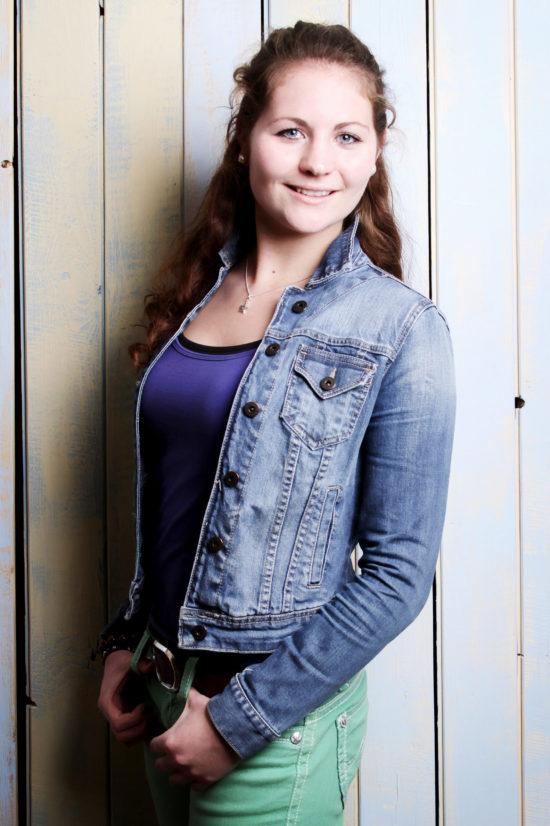Teenager Geburtstag Fotoparty Dortmund junge Frau vor Bretterwand Fotoshooting