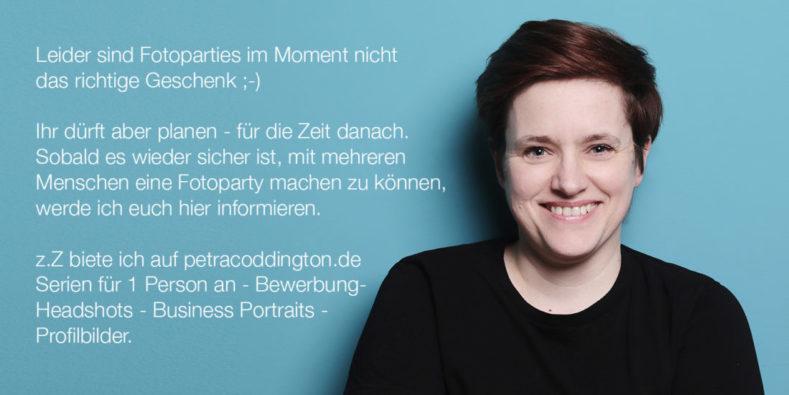 Fotografin Dortmund Informationen Frau vor türkiser Wand
